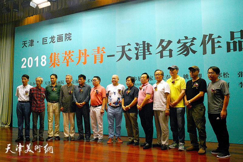 巨龙画院院长张维介绍十一位参展画家。