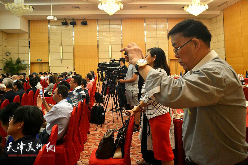 北京巨龙世纪文化公司董事长刘忠奎拍下开幕仪式难忘一刻。