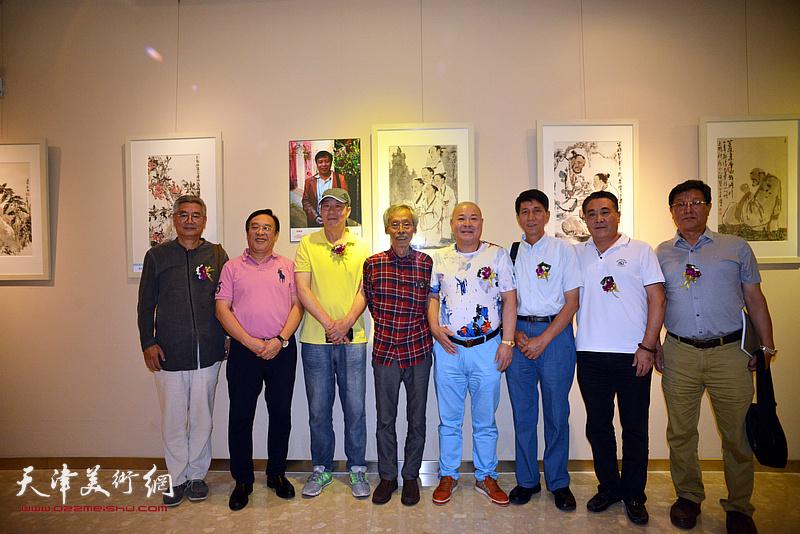 左起:张佩钢、陈钢、张亚光、姚景卿、杨光、张寿庠、董总、王连元在画展现场。