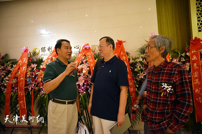 姚景卿、马寒松与纽约Mutual Win画廊经理韩捷明在画展现场。