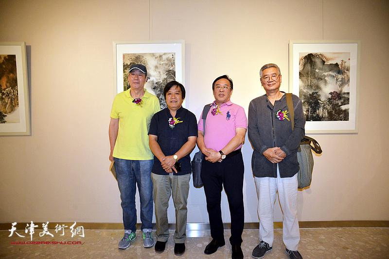 左起:张亚光、李耀春、陈钢、张佩钢在画展现场。
