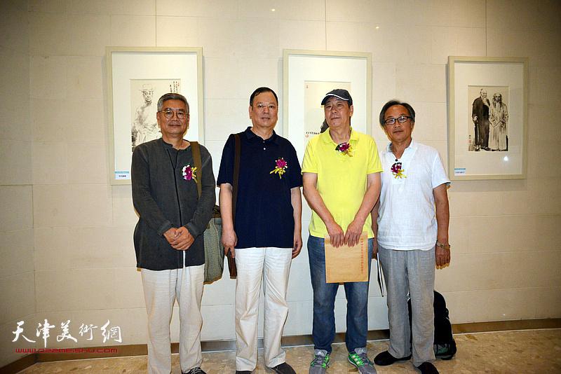 左起:张佩钢、韩捷明、张亚光、陈福春在画展现场。