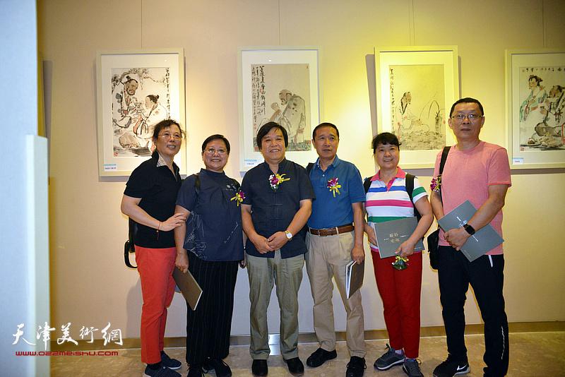 李耀春与嘉宾在画展现场。