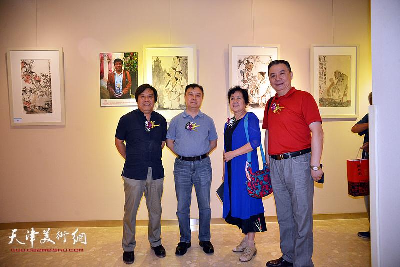 李耀春与杨会来、汪家明、丁军在画展现场。