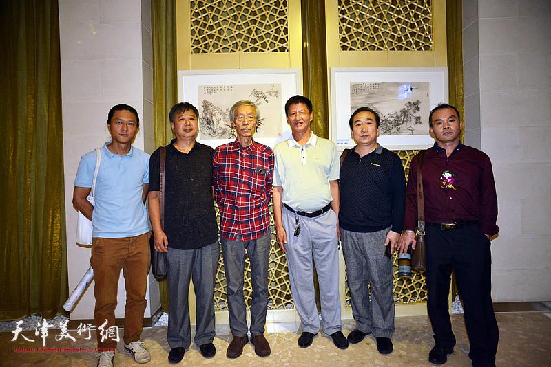 左起:姚铸、宋新勇、姚景卿、谭庆维、穆祥鸿、闫连涛在画展现场。