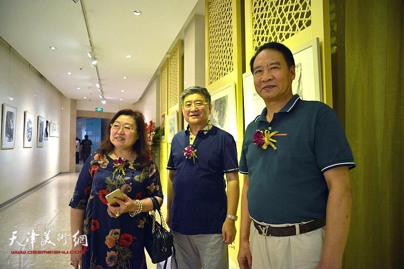 马寒松、张涛、李桂芝在画展现场。