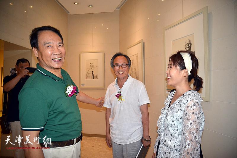 马寒松、陈福春、在画展现场。