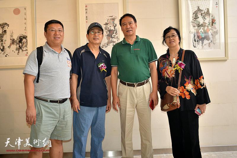 马寒松与谭翃晶等北京嘉宾在画展现场。