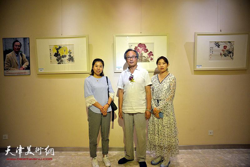 陈福春、杨志杰、杨富贵在画展现场。