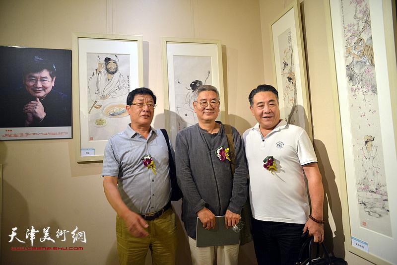 张佩刚、王连元、董总在画展现场。