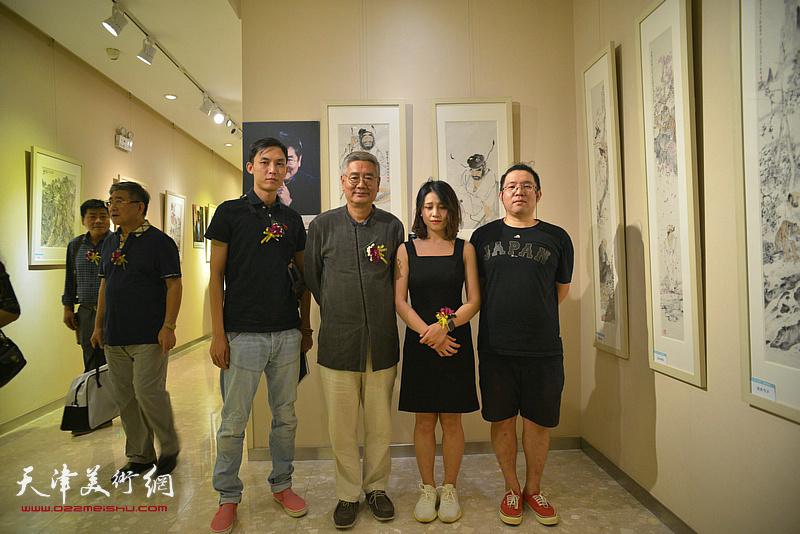 张佩刚与嘉宾在画展现场。