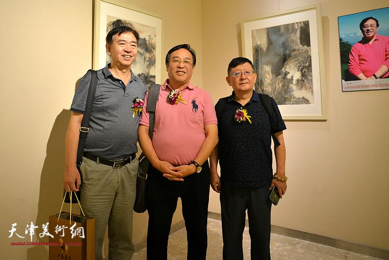 陈钢与嘉宾在画展现场。