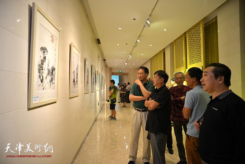 姚景卿、马寒松、宋新勇、穆祥鸿、姚铸在观赏展出的画作。