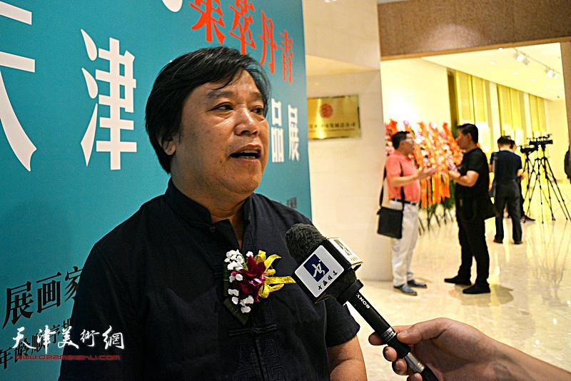 参展画家李耀春。