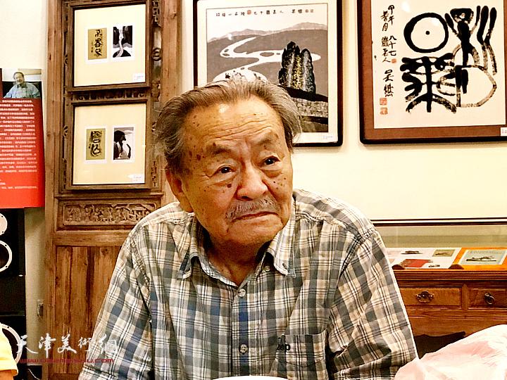 图为吴燃先生在研讨会上。
