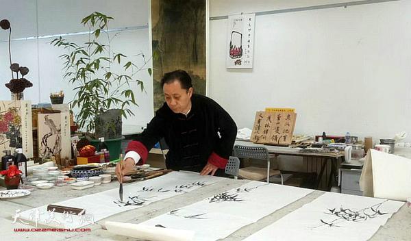 张大功在李可染画院创作