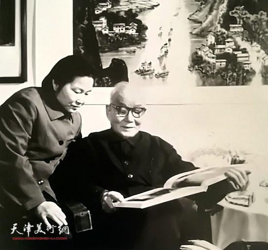 邹佩珠与李可染先生在一起。