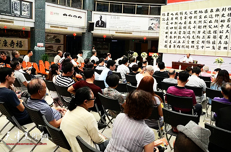 """王树秋先生在展览现场作""""魏碑的继承与实践""""的讲座"""