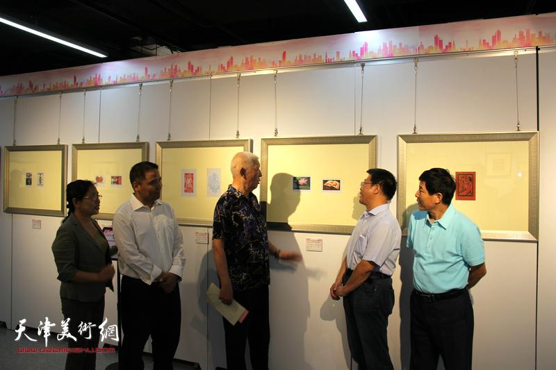 河西区委宣传部副部长,河西区文联主席怀远、河西区美术家协会秘书长刘国柱与藏书票爱好者观赏展出的作品。