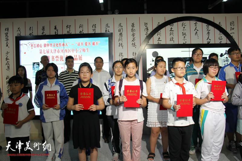 获奖的部分小学生在作品展现场。