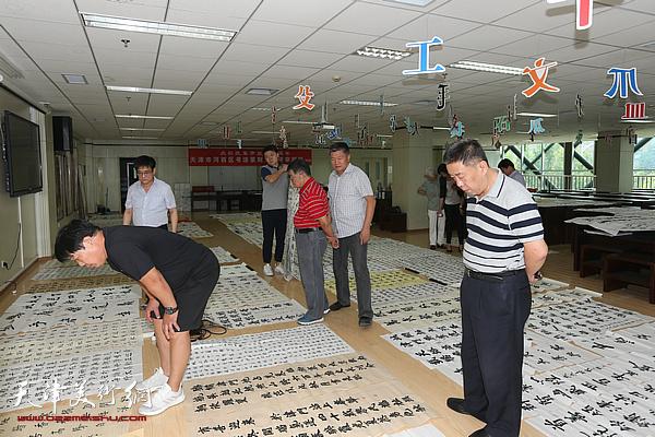 """""""庆祝改革开放四十周年天津市河西区书法篆刻大展""""评审现场。"""