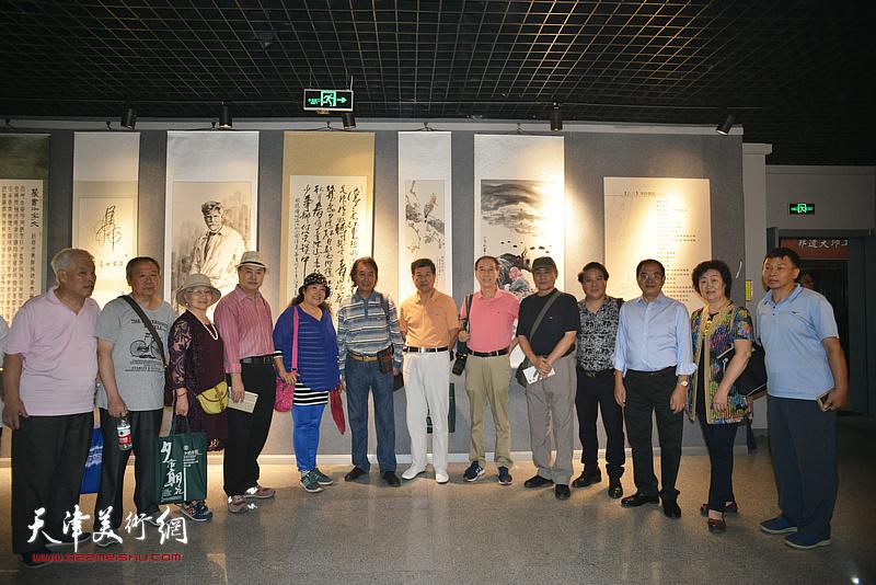 左起:高汝森、张晋、吴薇、张树德、于競、华克齐、王学书、马竞、王书朋、载庸、张长勇在画展现场。