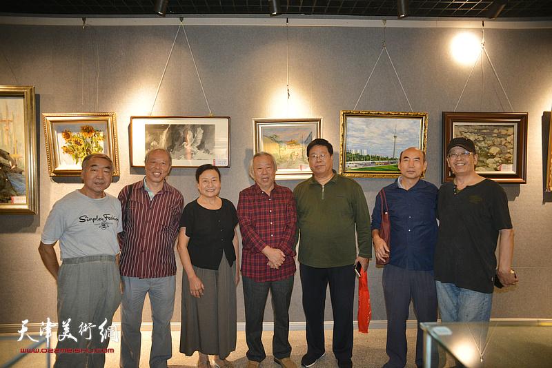阮克敏与同学们在画展现场。