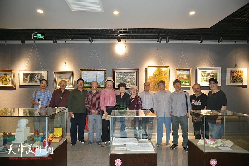 张树德、蔡金顺、张礼军、安玉恺、余传生等在画展现场。