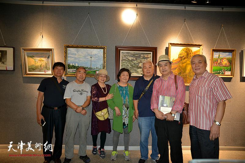 左起:宋成弟、赵英堂、吴薇、周汝萍、张汝为、张树德、宋萍在展览现场。