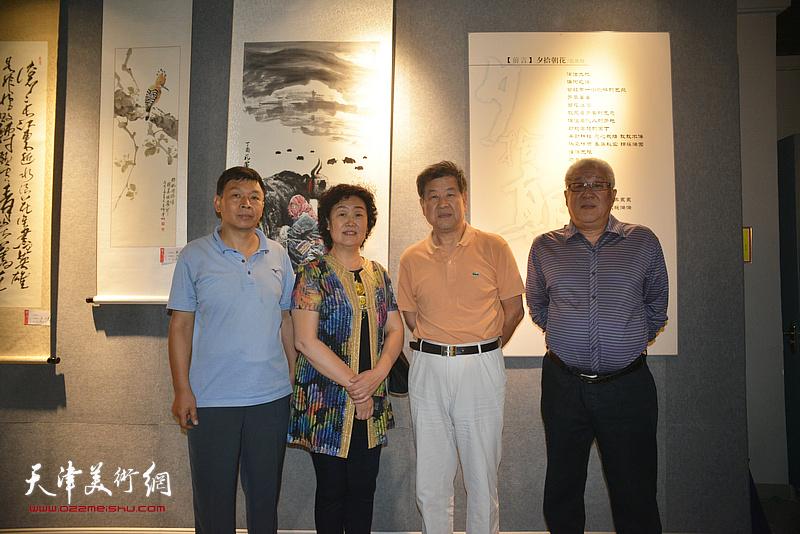 王学书、康洪、邢爱平在展览现场。