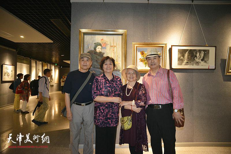 左起:王书朋、何莉、吴薇、张树德在展览现场。