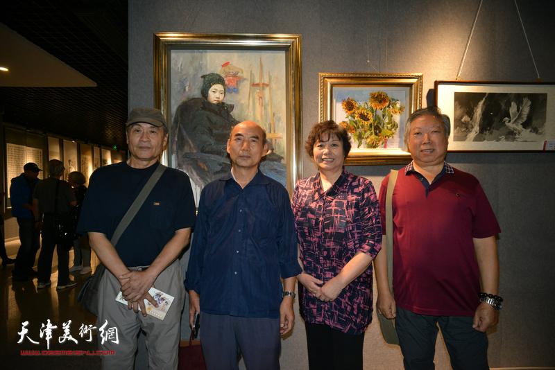 左起:王书朋、只杏林、何莉、石增琇在展览现场。