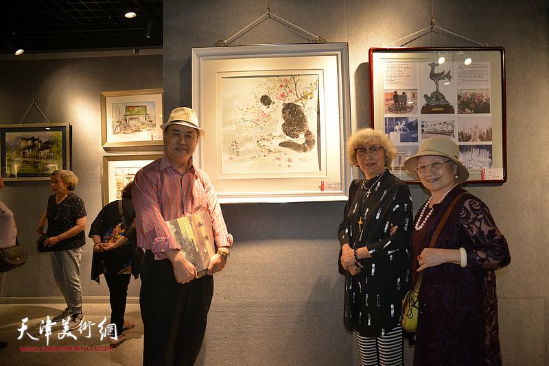 左起:张树德、顾颖芝、吴薇在展览现场。