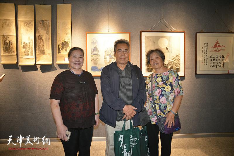 赵树松、李桂玲在展览现场。
