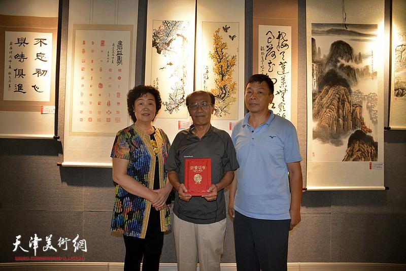 左起:邢爱平、冯幼伟、康洪在展览现场。