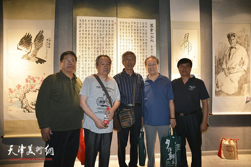 李明、张晋、宋成弟等在展览现场。