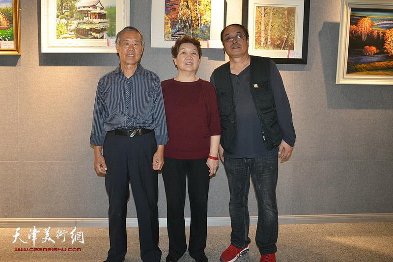左起:杜健、郭继英、王平在展览现场。