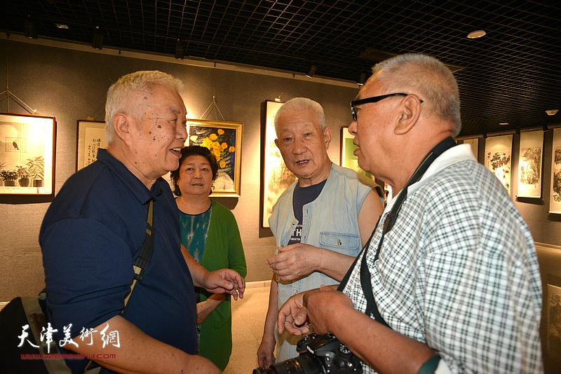 张汝为、周汝萍、贾克刚、王文华在展览现场交流。