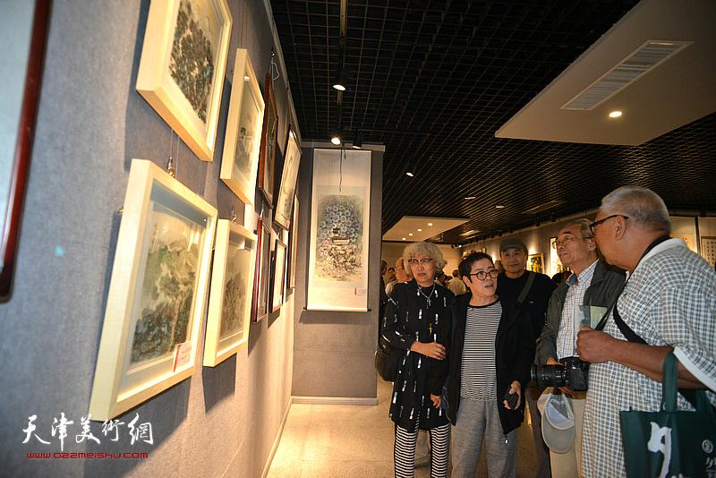 王书朋、耿尚武、顾颖芝等在欣赏展出的画作。