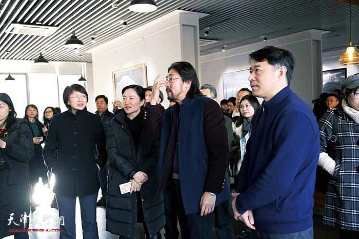 """2017年1月""""雪国精灵""""冯庆油画作品展在苏州举办。"""