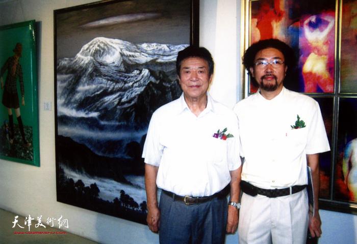 """著名歌唱艺术家李光羲与冯庆在北京""""雪国精灵""""冯庆油画作品展上。"""