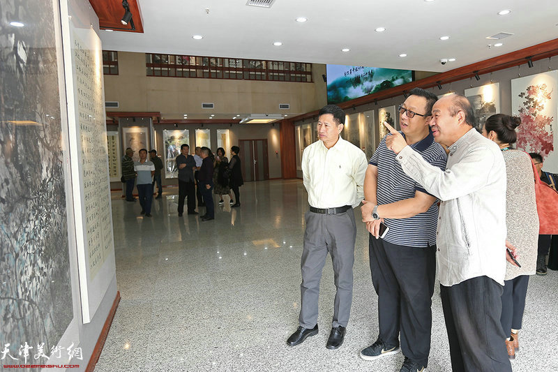 冯韬、孟庆占、李桂金在参观展览