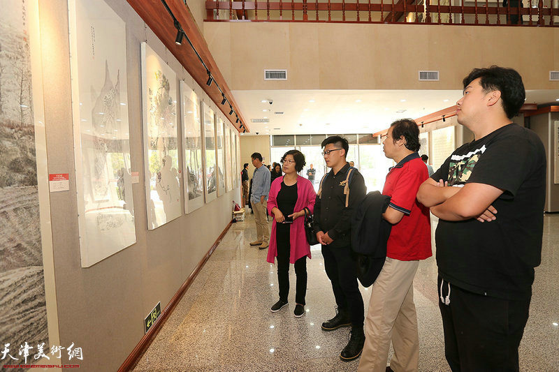 王兴、刘义军、王正通、张晓琎在参观展览