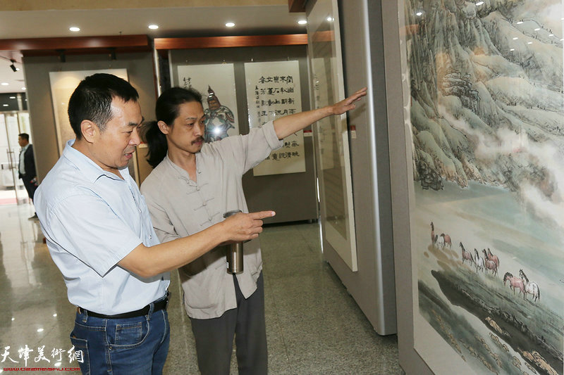 韩旭、郭伟在参观展览
