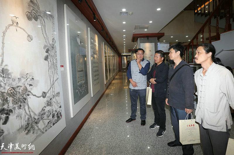 左起刘千友、魏瑞江、李建新、郭伟在参观展览