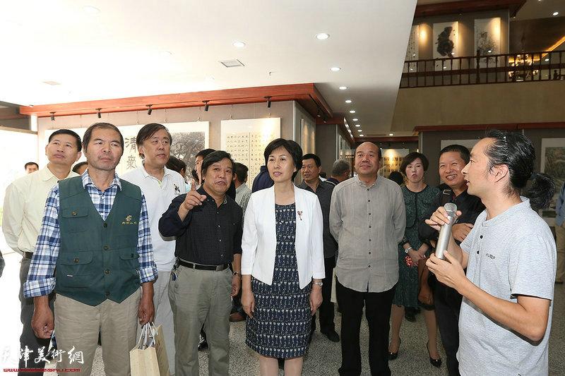 高艳、郭颖、孟庆占、李耀春、邵佩英、高宾宾、翁芳芳、安士胜在参观展览。