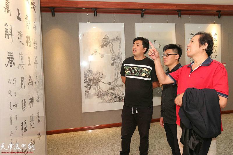 左起:张晓琎、王正通、刘义军在参观展览。