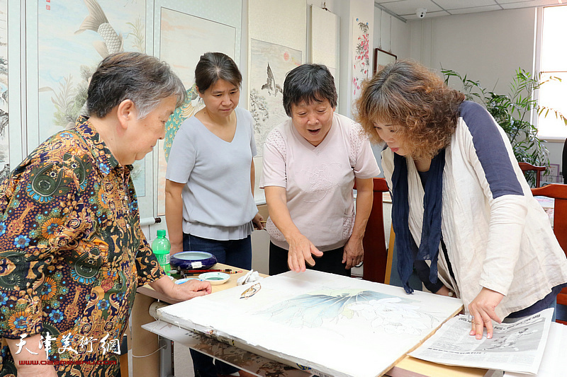 天津工笔女画家走进航天城社区开展公益辅导