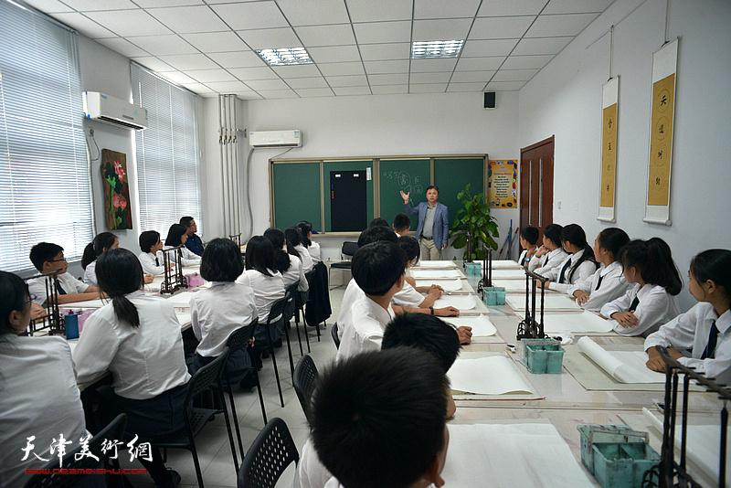 著名书法家杨建君在华苑枫叶学校举办公益讲座