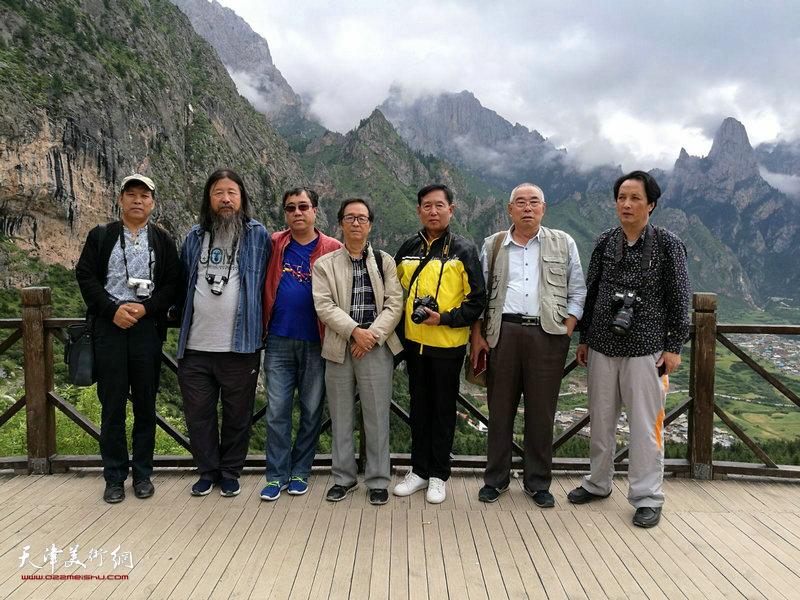 左起:徐庆举、梁旭华、刘绍斌、王寅、钱桂芳、王义常、杨永茂在扎尕那